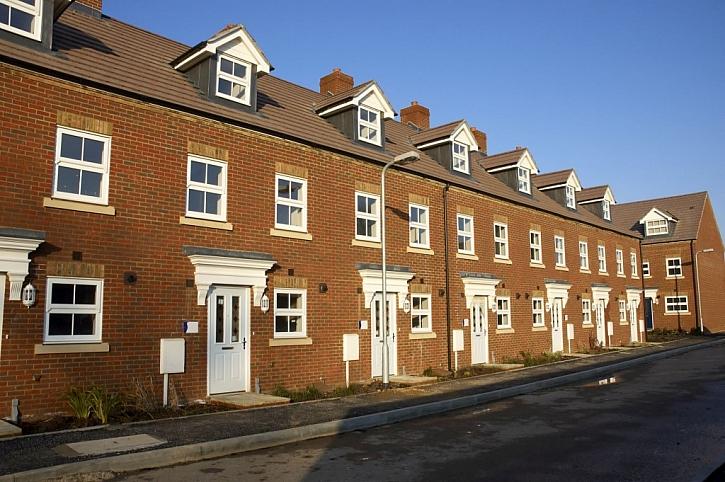 Jak asi obyvatelé těchto řadových domů trefí ke svému vchodu?