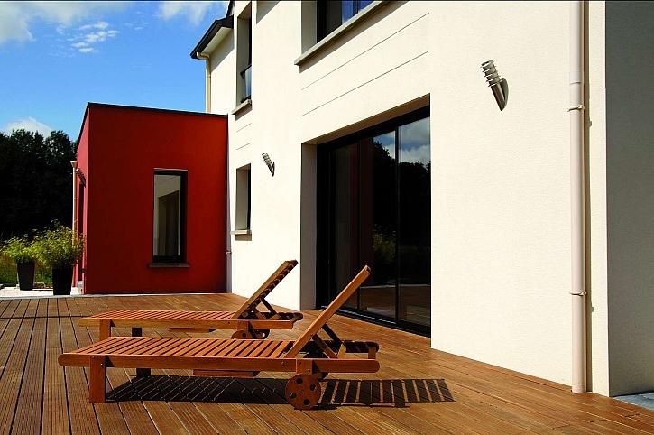 Rovná terasa lze postavit na nerovném podkladu  díky samonivelační hlavě terčů