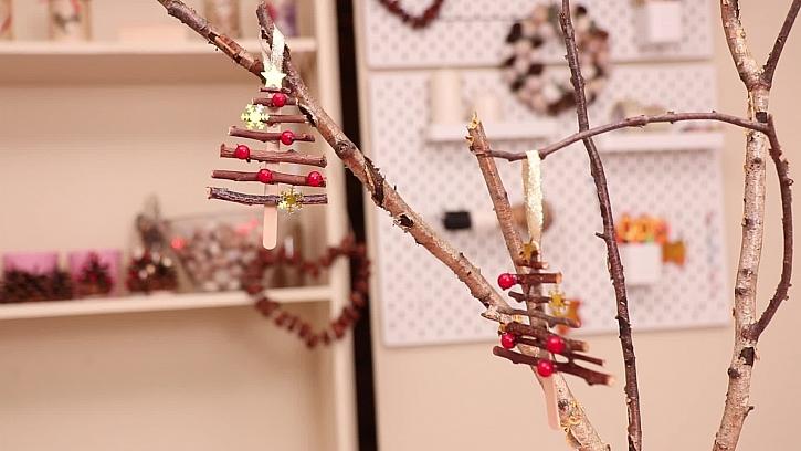 Nechte dětem vyrobit vánoční stromeček jako dekoraci do vázy (Zdroj: PRIMA DOMA)