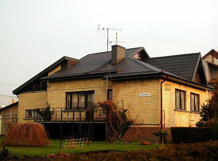 PO rekonstrukci majitel vymnil starou eternitovou střechu za novou.