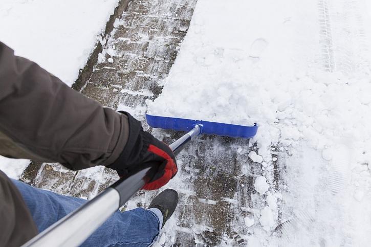 Nářadí na zimu: lopatu, hrablo nebo sněhovou frézu?