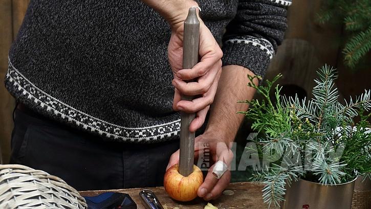 Adventní věnec: do každé plechovky nakonec přidáme jablko se svíčkou