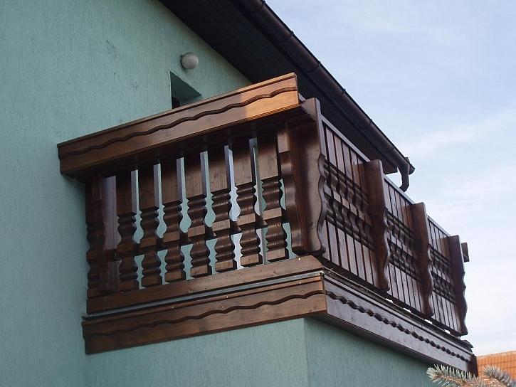 Bavorský balkon s ozdobnými prkny a vyřezávanými sloupky