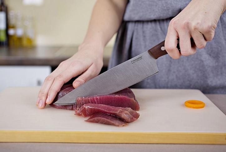 : Ke krájení ryby se skvěle hodí dvaceticentimetrový kuchařský nůž Norr Fiskars s čepelí z prémiové německé oceli. Čepel je vyrobena z ekologicky šetrného materiálu, v kuchyni je tak zárukou nejen kvality, ale i ohleduplnosti k přírodě. Rukojeť je z mater