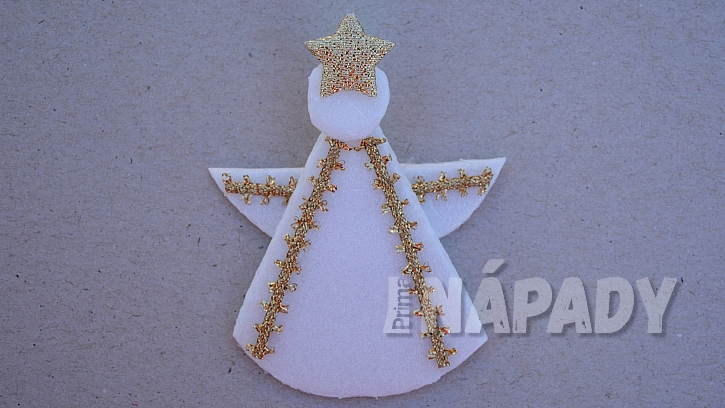 Vánoční anděl z tácku od sýru: díly slepíme dohromady