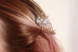 Chybí vám svatební ozdoba do vlasů? Z korálků si jí vyrobíte sami