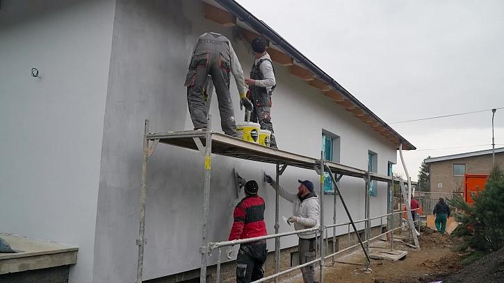 Stavba dostane nový kabát, bude se natahovat chytrá omítka, dozvíme se jak při aplikaci postupovat a na co si dát pozor