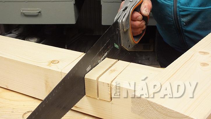 Výroba zvýšeného patra: místo spoje prořízneme ruční pilkou