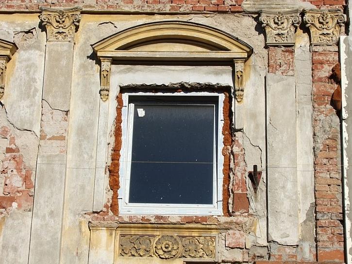 Antikutil - plastová okna místo dřeva