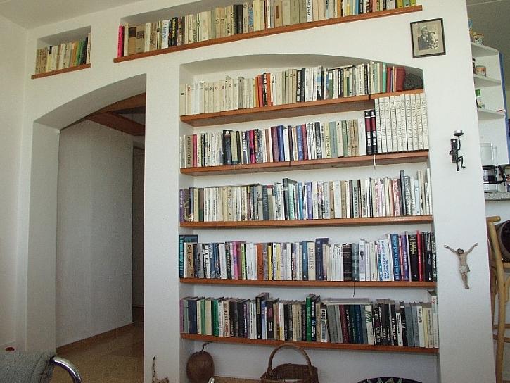 Knihovna na knížky a oblíbené drobnosti