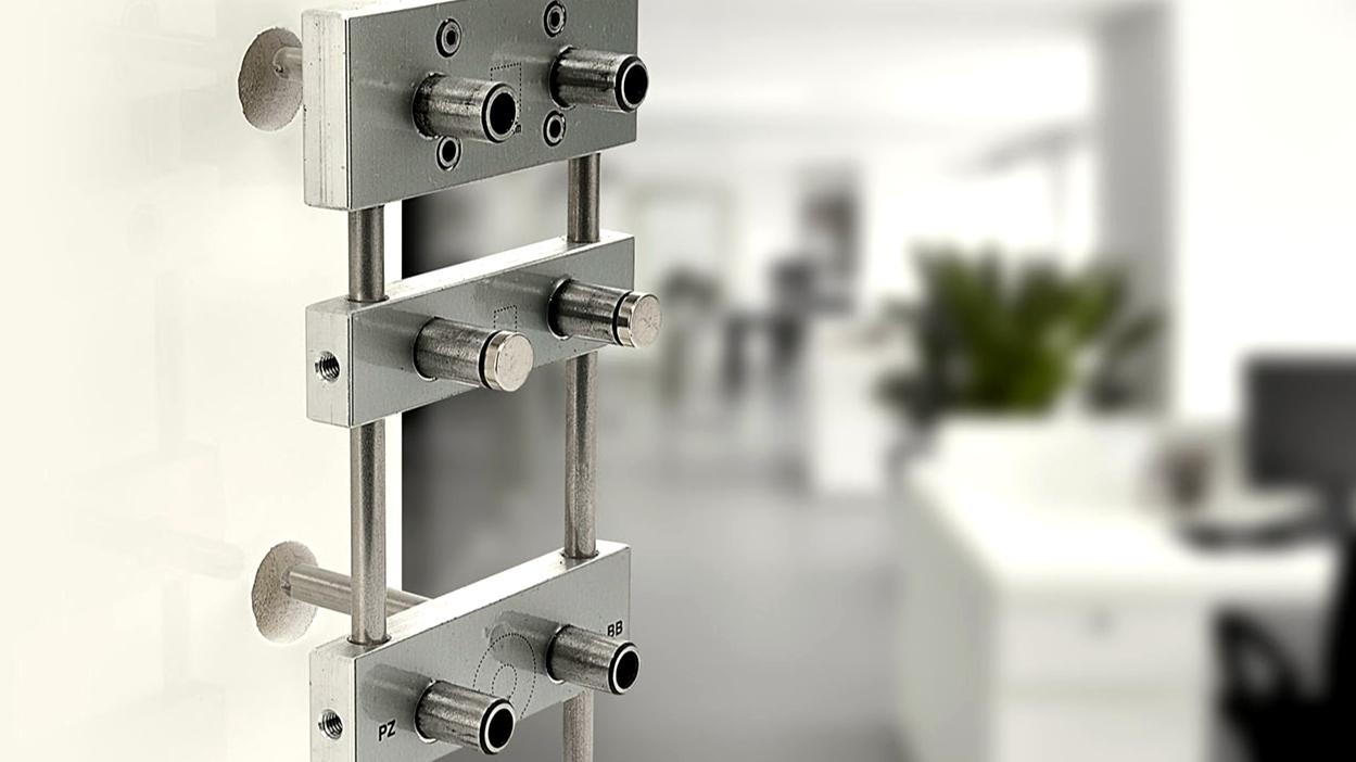 Víme, jak si novou kliku na dveře namontovat rovně!