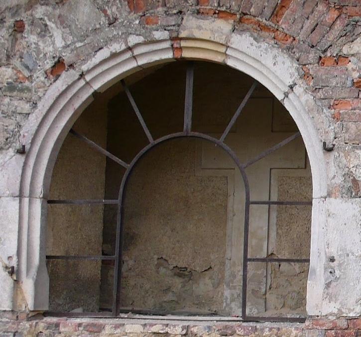 Některé pláty vitráže chyběly úplně