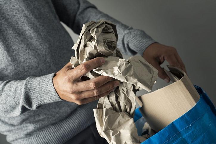 Papír patří do modrého kontejneru