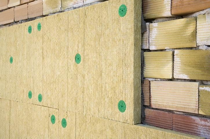 U nízkoenergetických staveb se používá poměrně lehká nosná konstrukce, na kterou patří silná vrstva tepelné izolace