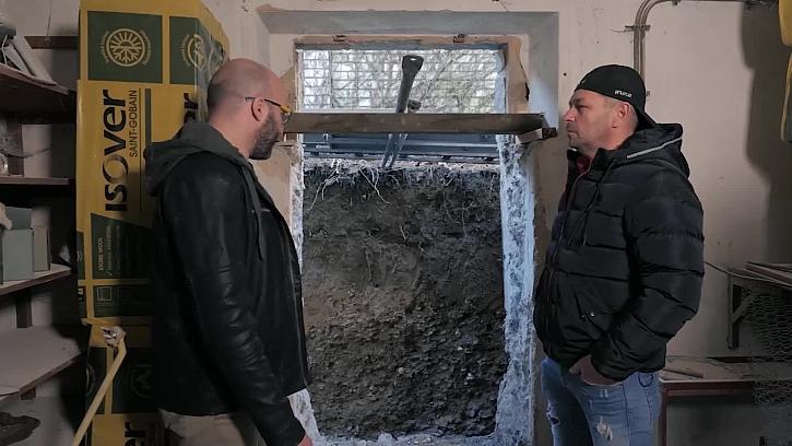 Bourání dveří do sklepa