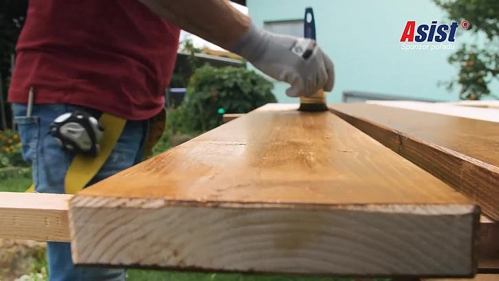 Natírání dřevěné desky