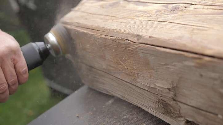 Broušení starého trámu