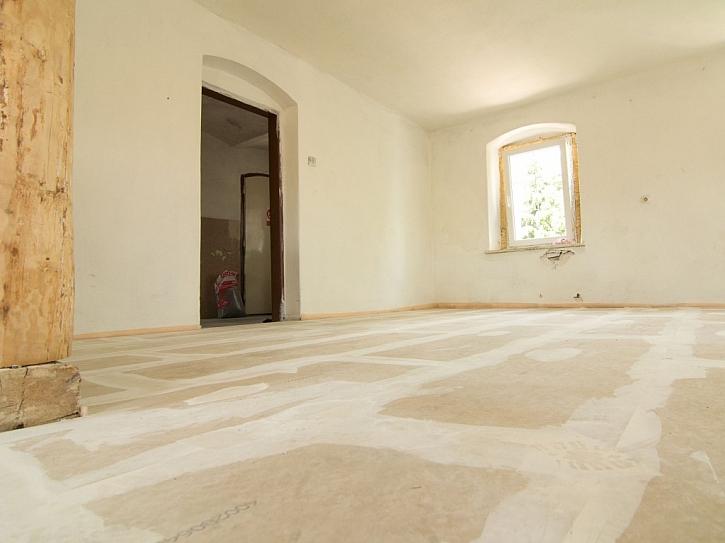 Přetmelená podlaha, na kterou lze dát koberec, dřevěná prkna, plovoucí podlahu atd…