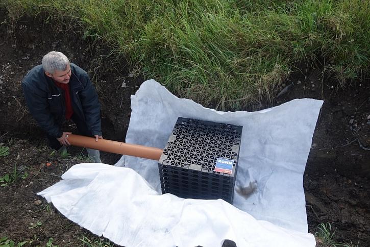 Bloky napojte na přívodní potrubí. Potrubí vložte do předem připraveného otvoru, předformovaného otvoru nebo si jej vyřízněte pilkou.