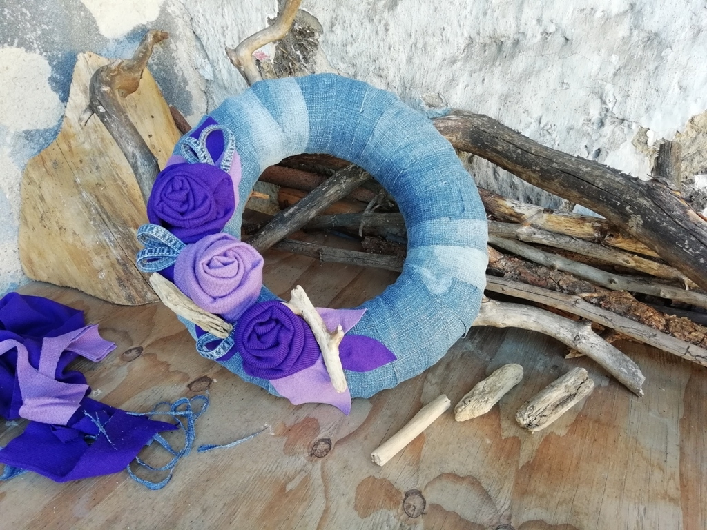 Věnec ze starých džínů a svetrů: Recyklovaná paráda na dveře