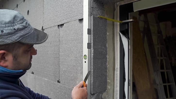 Stavbyvedoucí Josef nám vysvětlí, jak správně zateplit fasádu kolem oken