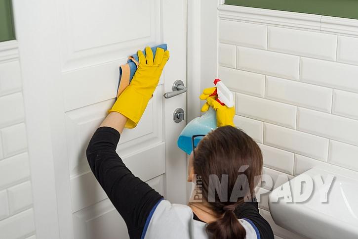 čištění dveří