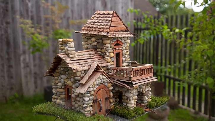 Vyrobte si i vy dekorativní barevné domečky z oblázků