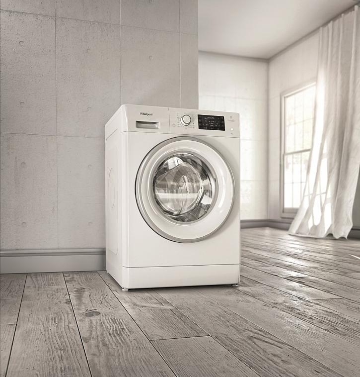 Nová předem plněná úzká pračka Whirlpool FreshCare+ FWSD81283WCV EU s velkou kapacitou 8 kg se samostatným parním programem i provzdušňováním již vypraného prádla párou