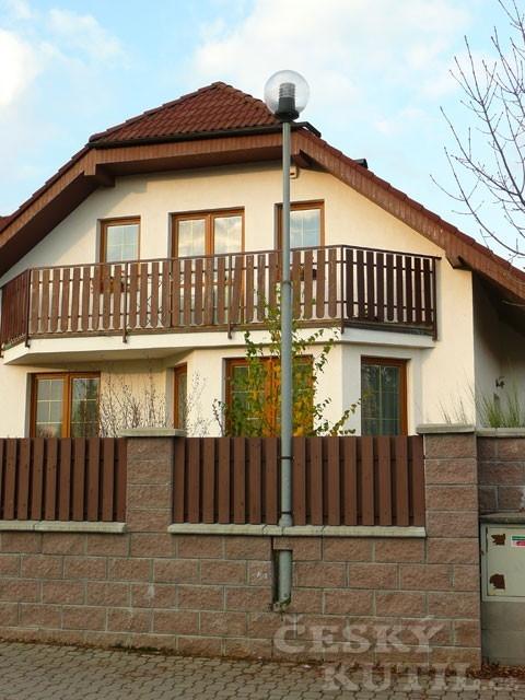 Nové domy a elektrické vedení aneb uliční čára v plotě