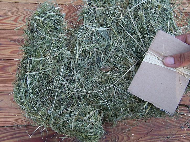 Výroba vánočního stromečku ze sena