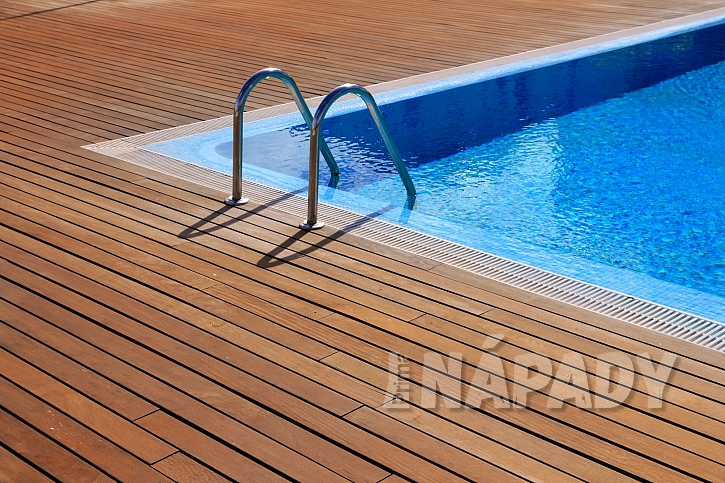 Bazén s teakovou podlahou