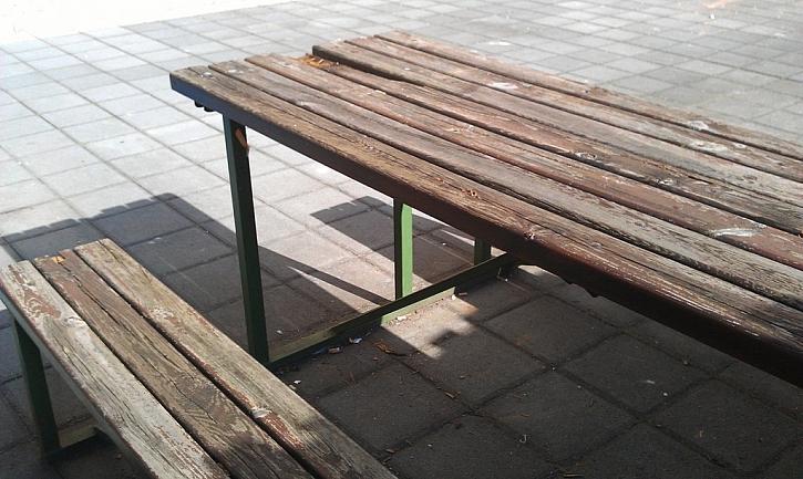 Antikutil – posaďte se, prosím na zničenou lavičku