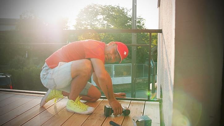 Video návod postupu pokládky podlahy z terasových prken na balkóně krok za krokem.