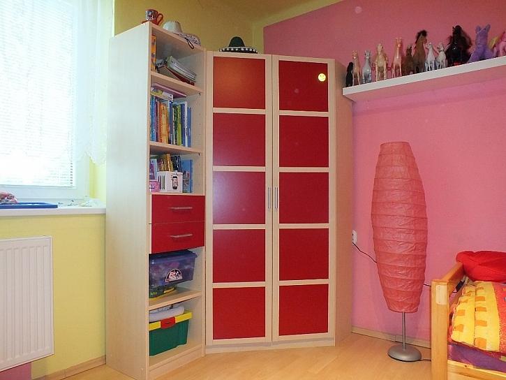 Zrcadlo nebo zrcadlová folie, co je lepší do dětského pokoje?