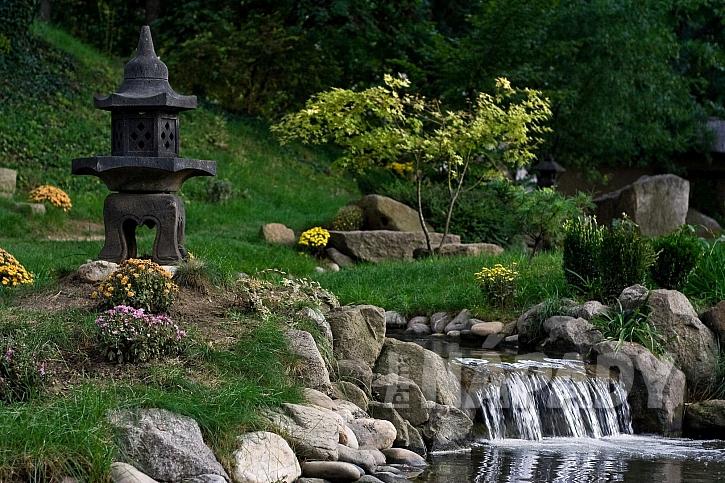Kameny a voda jsou součástí japonské zahrady