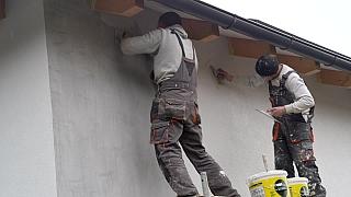 25. díl Online stavebního deníku nám ukáže, jak omítnout venkovní zdi a obložit koupelnu