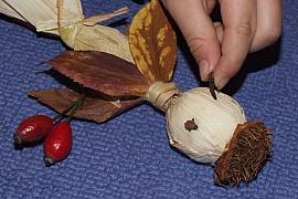 Strašidýlko z kukuřičného šustí aneb Vyrobte si sdětmi podzimní dekoraci