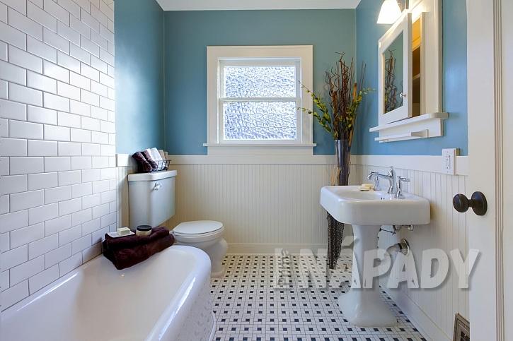 Luxusní koupelna ve starožitném vzhledu s litinovou vanou