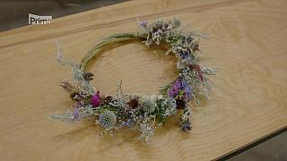 Podzimní dekorace v podobě květinového věnce