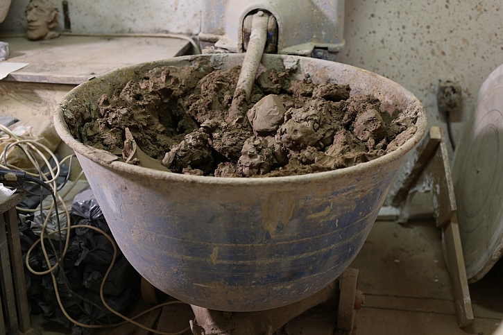 Míchání hlíny pro keramiku
