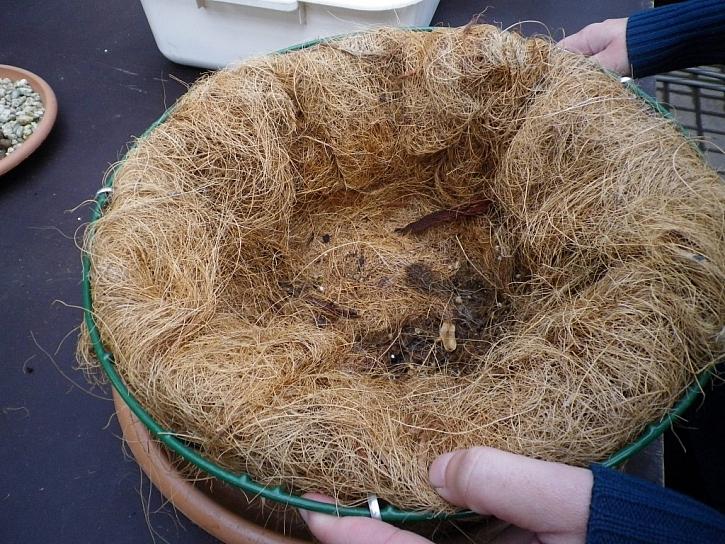 1. Koš vyplníme kokosovým vláknem
