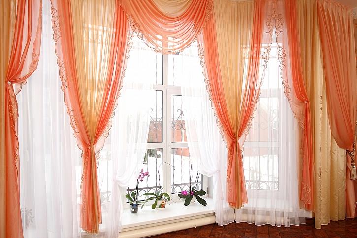 Okenní textilie nejsou jen lapač prachu, ale i ochrana našeho soukromí (Zdroj: Depositphotos)