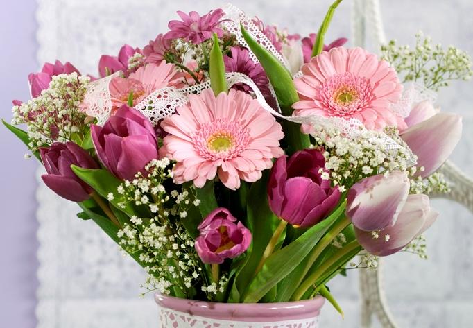 Romantická květnová kytice: V hlavní roli tulipány dvou odstínů