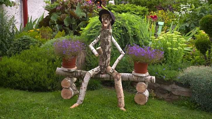 Vyrobte si originálního společníka na zahradu z březových polínek