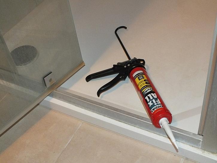 Spára u vany nebo sprchového koutu potřebuje sanitární silikon - použijte Fix ALL Turbo.