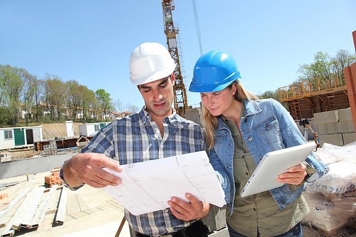 Inženýři na staveništi s plánem