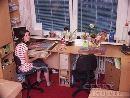 Studentský stůl pro dvě slečny školou povinné