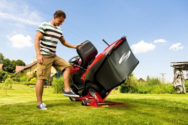 Hydraulický zvedák patří mezi základní příslušenství, které bychom měli pořizovat zároveň s traktorem. Například kvůli čištění