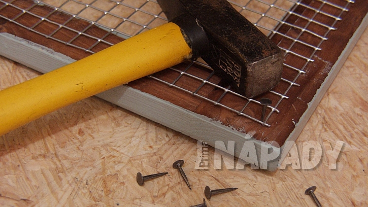 Dekorace DIY:  připevníme a vypneme pletivo