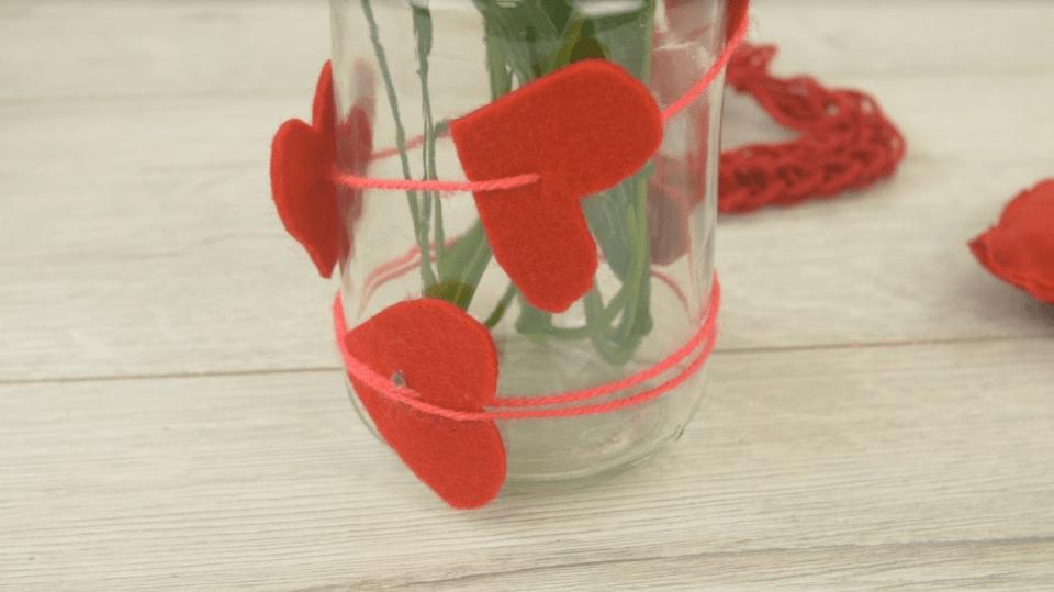 Valentýnská váza zdobená červenými srdíčky